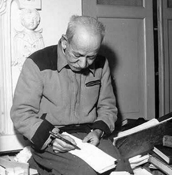 عکس استادعلی اکبر دهخدا در حال نوشتن لغتنامه