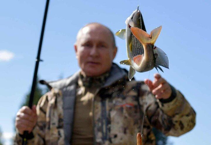 عکس دیدنی از رئیس جمهور در حال ماهیگیری